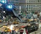 Vários Transformers lutam na cidade