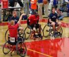 Jogador de basquetebol de cadeira de rodas atirando a bola ao cesto