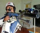 Atirador praticando tiro ao alvo