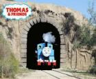 O simpático vapor locomotiva Thomas que sai do túnel