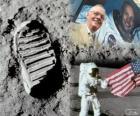 Neil Armstrong (1930-2012) foi uma astronauta norte-americano e o primeiro ser humano a pisar na Lua em 21 de julho de 1969, na missão Apollo 11