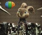 O coelho Hop com as baquetas para fazer música com a bateria