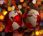 Bolas de Natal decoradas com o mapa do mundo