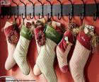 Meias penduradas com presentes de Natal
