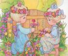 Duas meninas recolhem flores. Precious Moments