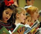 Grupo de crianças cantando hinos de Natal