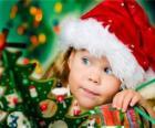 Menina que prepara as festas de Natal