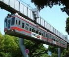 Monotrilho suspenso. Passageiros do monorail desfrutando de vistas sobre o recinto de feiras