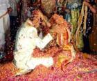 A noiva eo noivo no casamento, seguindo a tradição hindu