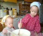 As crianças preparam um bolo surpresa como um presente para a mãe