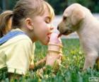 Menina e cão partilha um sorvete