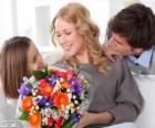 Mãe recebendo um buquê de flores