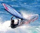 Praticando windsurf ou prancha à vela