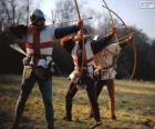 Arqueiros, soldados medievais, armados com um arco