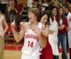 Gabriella Montez abraça Troy Bolton