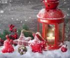 Lâmpada de Natal com  vela acesa e decoração de azevinho