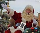 Papai Noel com um sorriso cumprimenta as crianças