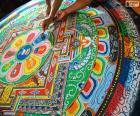 Sacerdotes tibetanos, fazendo o acabamento toca para um envio