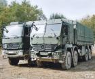 Dois caminhões militares