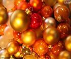 Bolas de Natal de vários tamanhos e cores