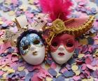 Duas máscaras e confetes