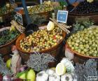Azeitonas a granel em uma loja do mercado