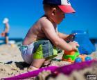 Uma criança brincando na praia