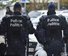 Dois polícia de choque durante uma pausa, vista de trás
