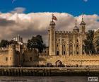 A torre de Londres, é um castelo histórico localizado na margem norte do Rio Tâmisa no centro de Londres