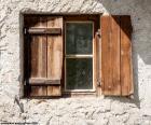 Janela com persianas de madeira
