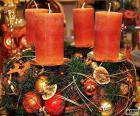 Quatro velas em um centro