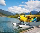 Hidroavião biplano amarelo