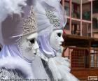 Duas pessoas no Carnaval de Veneza com fantasias e máscaras brancas