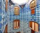Imagem de um dos pátio de luzes da Casa Batlló, estas são revestidas de peças de cerâmica vitrificada de diferentes tons de azul