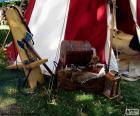Vários objetos de um cavaleiro medieval em um acampamento