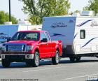Picape vermelha com caravana