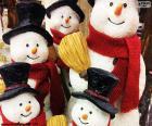 Cinco bonecos de neve