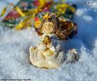 Anjo de Natal rezando sentado na neve