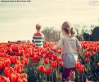Meninas entre tulipas