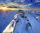 O Schilthorn é uma montanha nos Alpes suíços, no topo, encontramos o restaurante Piz Gloria