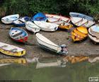 Vários barcos estacionados à beira de um lago