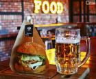 Hambúrguer e cerveja