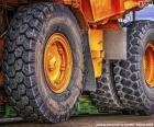 Rodas de um grande caminhão basculante