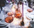 Copos de vinho rosé