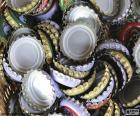 Tampas de coroa são pequenos objetos circulares usados para hermeticamente selar garrafas de vidro