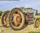 Um trator velho possivelmente o veículo agricultural o mais usado para o trabalho no campo