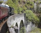 Trem que passa através de um viaduto
