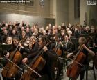 Concerto de música clássica com a apresentação de uma orquestra e coro