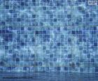 O fundo de uma piscina