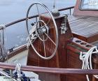 A roda do leme de um veleiro